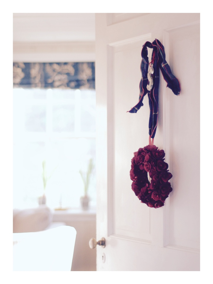 playroom-door-with-wreath-and-ornament_onthresholds